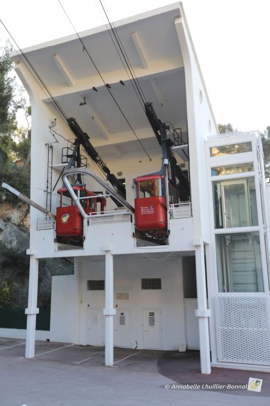 Démontage cabines rouges desservant le mont Faron