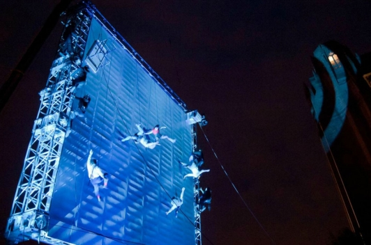 "Le spectacle de haute voltige ""As the world tipped"" ©Mark Mcnulty"