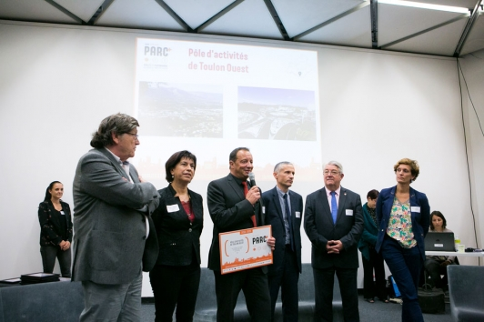 Michel Cresp, président de l'Adeto, recevant le label Parc +