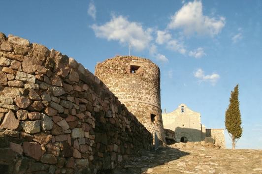 Chapelle romaneet château féodal à La Garde © TPM
