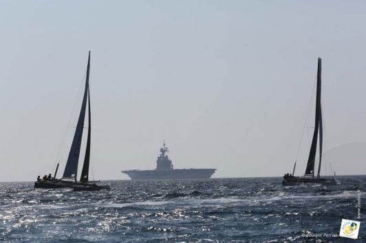 J-3: l'équipage de Groupama s'entraîne dans les eaux de la rade sur un GC32, ici devant le porte-avion Charles de Gaulle