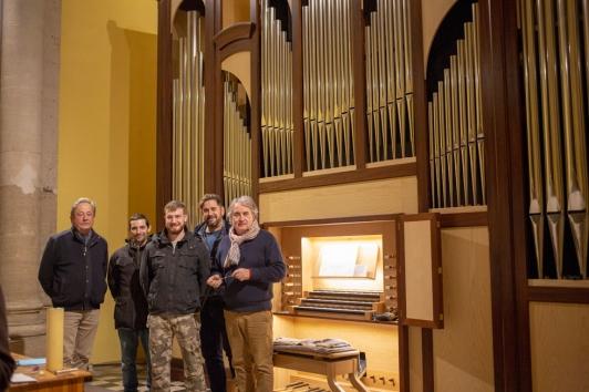 Yann tainguy (à gauche) et Pascal Quoirin (à droite) entourant l'équipe Quoirin lors de l'harmonisation de l'orgue