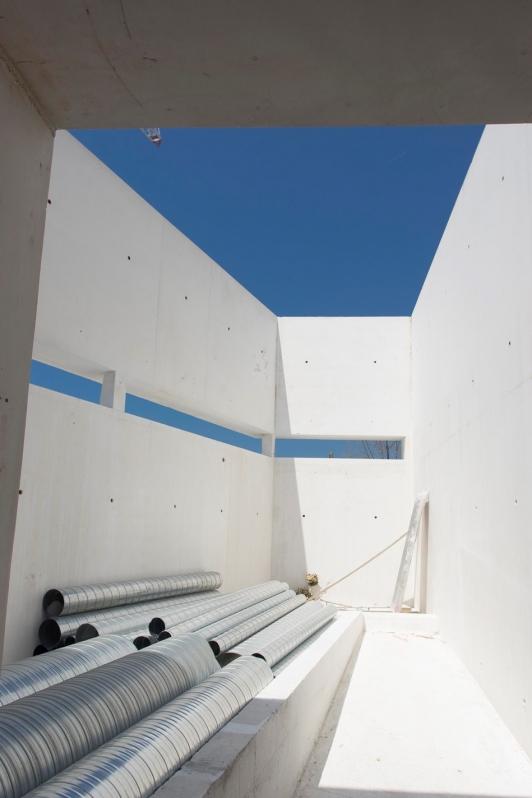 Intérieur de l'ESAD TPM, béton teinté des carrières du Revest-les-Eaux