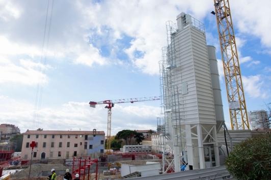 La centrale à béton au nord du chantier