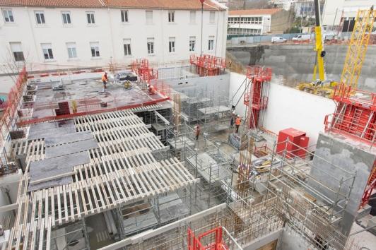 Le plafond du rez de chaussée de la nouvelle aile de la médiathèque
