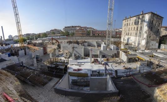 Chantier ilot Montety le 9 septembre 2020 – réalisation des voiles bétons et plancher du sous-sol affecté au parking – pose de deux grues sur site. © O. Pastor TPM