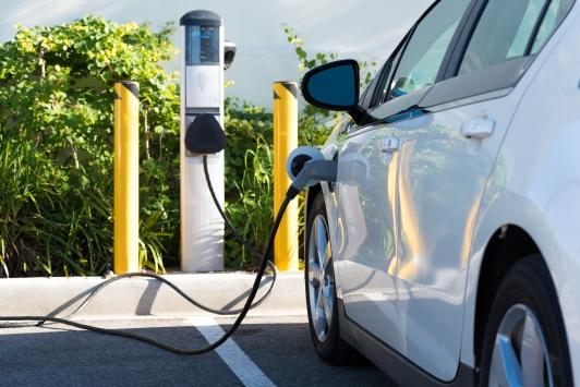 Un véhicule électrique en cours de charge