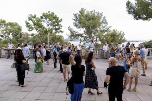 """La directrice Isabelle Bourgeois entourée de quelques artistes et invités de l'exposition """"C'est votre choix"""""""