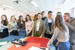 Catherine Tsékenis, directrice de la Fondation Hermès, entourée d'élèves du lycée Rouvière