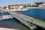 Un pont flottant motorisé a été mis en place à J-7 anse Tabarly au village de la compétition