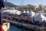 Le public assiste à l'arrivée de l'Hermione, quai de la Corse à Toulon